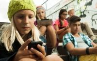 В школах Украины хотят запретить пользоваться смартфонами