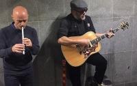 Легендарный БГ устроил концерт в подземном переходе