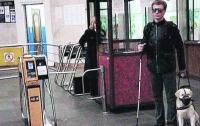 В Киеве работники метрополитена выгнали из метро инвалида с собакой-поводырём