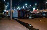 В Киеве многотонная машина упала с моста