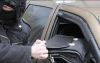 В Мелитополе из микроавтобуса мужчина украл сумку с деньгами