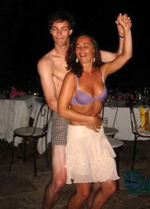 Сестра дала брату одеть своё нижнее бельё порно фото 11 фотография