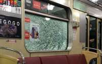 Неадекват бросал камни в вагон метро