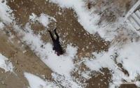 С крыши здания упал студент, который подскользнулся