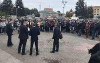 Люди вышли протестовать против