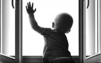 В Полтавской области двухлетний мальчик выпал из окна