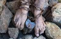 Под Николаевом мужчину 10 лет держали на цепи