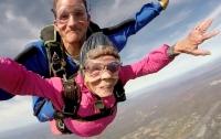 Американка отметила свое 94-летие прыжком с парашютом (видео)