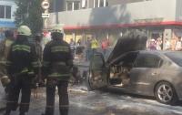 Посреди дороги в Одессе горел автомобиль (видео)