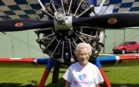 Пенсионерка-экстремалка покаталась на крыльях самолета (видео)