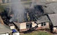 Одномоторный самолет упал на дом, есть жертвы