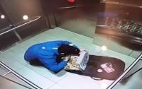 Курьер известной сети съел заказ в лифте