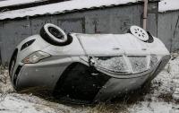 Гололед в Киеве: прохожий доставал людей из перевернувшегося Ford