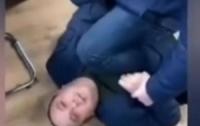 В собственном кабинете чиновник ударил женщину и получил сдачу (видео)