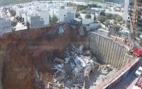 Жилые дома в Мексике провалились в строительный котлован