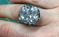 Женщина случайно купила на барахолке бриллиантовое кольцо