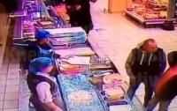 Мужчина в супермаркете одним ударом убил другого покупателя (видео)