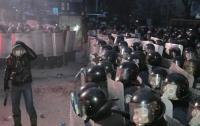 Протестующие вооружаются камнями и обустраивают тылы
