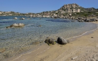 Изъятые у туристов тонны песка и камней вернули на пляжи