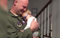 Первая встреча отца с ребенком растрогала до слез пользователей Сети (видео)