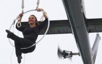 Экстремалка повисла на зубах над Ниагарским водопадом (видео)