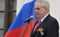 Одиозный президент Чехии может поехать на кремлевский парад на деньги