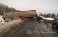 ДТП в Сумской области: легковушка врезалась в фуру, пострадали 5 человек