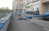 ЧП в Киеве: сержант ВСУ выпал с 11-го этажа