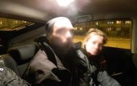 Парень с женщиной избили и ограбили киевлянина в салоне трамвая