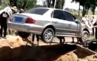 Китайца похоронили в кабине автомобиля (видео)