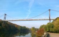 В Житомире 18-летний парень бросился с подвесного моста