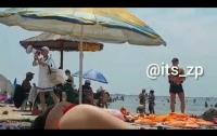 Продавец на пляже повеселил публику и продемонстрировал талант маркетинга (видео)