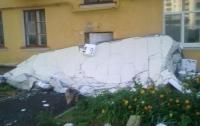 Ночная буря в Киеве разворотила стену многоэтажки (ФОТО)