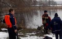 Жуткая находка в Киеве: из озера достали тело женщины