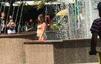 Обнаженная леди искупалась в городском фонтане на глазах у изумленной публики