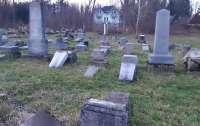 Вандалы разбили 59 памятников на еврейском кладбище в Словакии