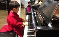 Пятилетний пианист восхитил интернет виртуозной игрой (видео)