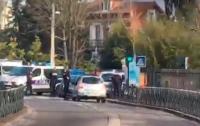 В Париже террористы захватили лицей и взорвали бомбу (ВИДЕО)