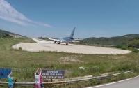 Во время взлета самолета ребенка сдуло с полосы (видео)
