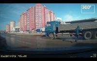 Видеошок: торопившийся пешеход врезался в грузовик