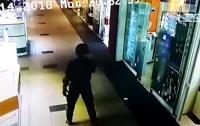 Появилось шокирующее видео ограбления ювелирного магазина в Херсоне