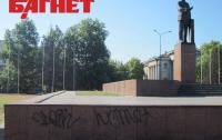 В Симферополе вандалы осквернили памятник Ленину (ФОТО)