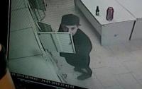 Наглый вор обносил камеры хранения в киевском супермаркете