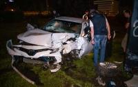 ДПТ в столице: Toyota сбила светофор и врезалась в билборд (видео)
