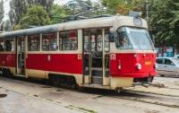 В Киеве пожилой мужчина умер в трамвае на глазах у жены