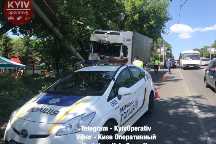 Неуправляемый грузовой автомобиль устроил месиво вКиеве