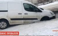 Автомобиль провалился под асфальт (видео)