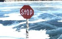 Мужчины, не раздумывая, бросились спасать детей из ледяной воды (видео)