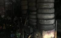 В Киеве горела СТО, огонь повредил несколько машин