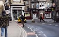 Нападение барана на полицейского попало на видео